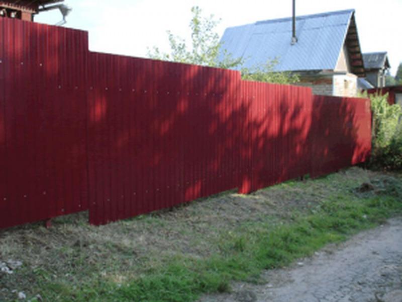 Забор из профнастила на неровном участке фото